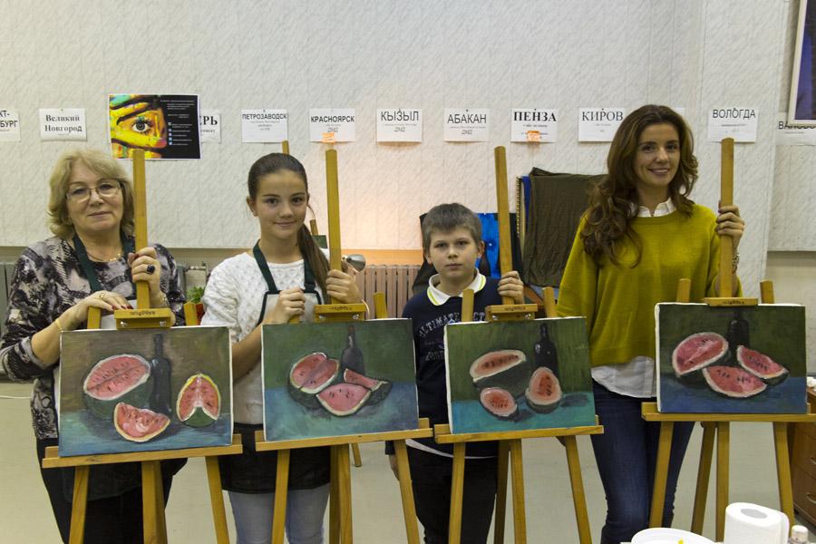 Ученики с написанными на мастер-классе картинами.